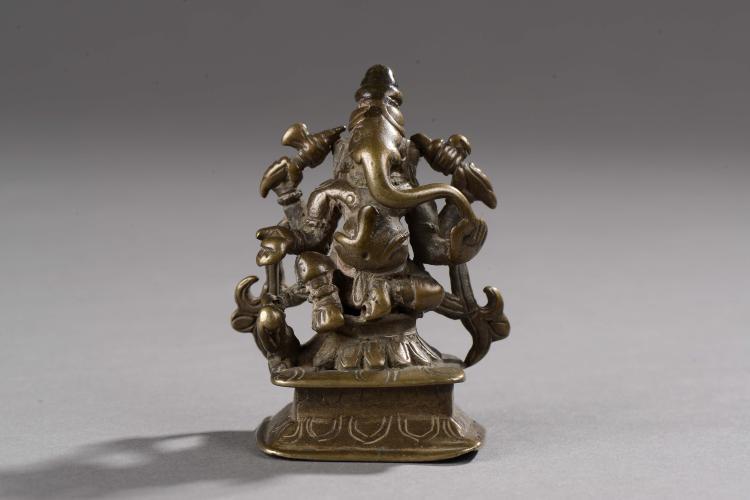 Ganesh assis en lalitasana sur un haut socle,