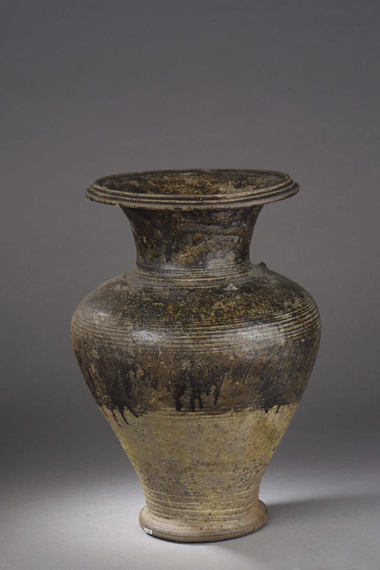 Vase balustre à épaulement arrondi et large col évasé en épais grès porcelaineux à glaçure brune à mi hauteur.