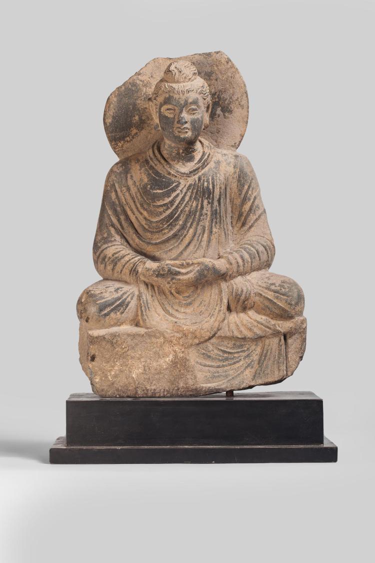 Boddhisattva assis en méditation vêtu de la robe monastique utarasnaga aux plissés hellénistiques à la chevelure bouclée retenue en un chignon symbolisant la protubérance crânienne ushnisha auréolé d'un large nimbe.