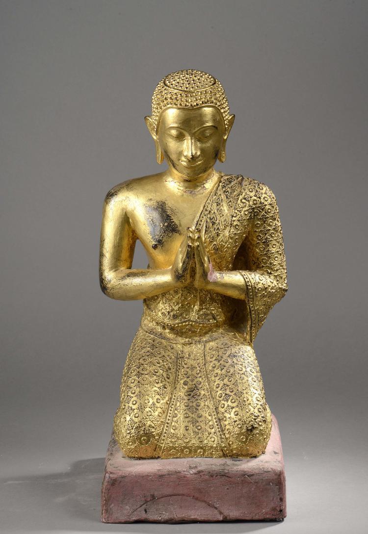 L'adorant Mogallana agenouillé les mains jointes en adoration vêtu d'une robe monastique richement brodé.