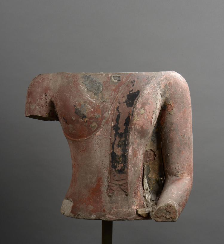 Important torse de Buddha vêtu de la robe monastique utarasanga lui couvrant l'épaule gauche maintenu par un plissé frontale.