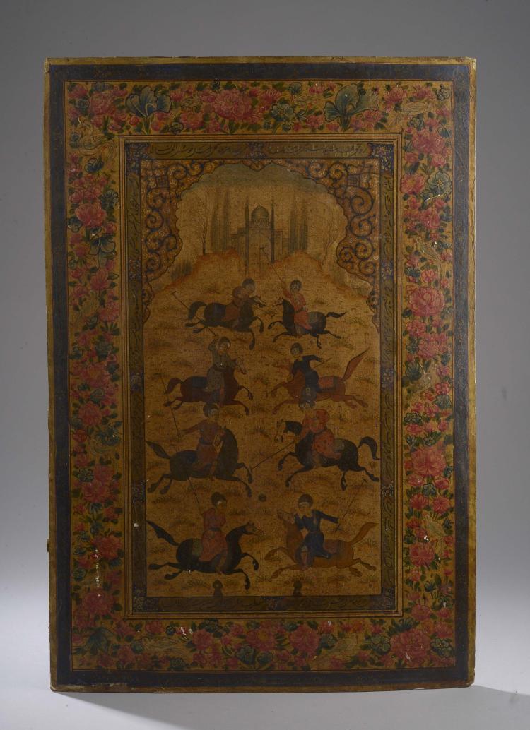 Miniature illustrant une partie de polo animée de huit cavaliers devant une  mosquée dans une réserve à découpe de mihrab sertie d'une frise florale.