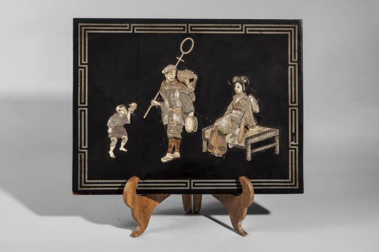 Panneau de laque à incrustations d'ivoire et de nacre illustrant un couple de saltimbanques et leurs enfants.