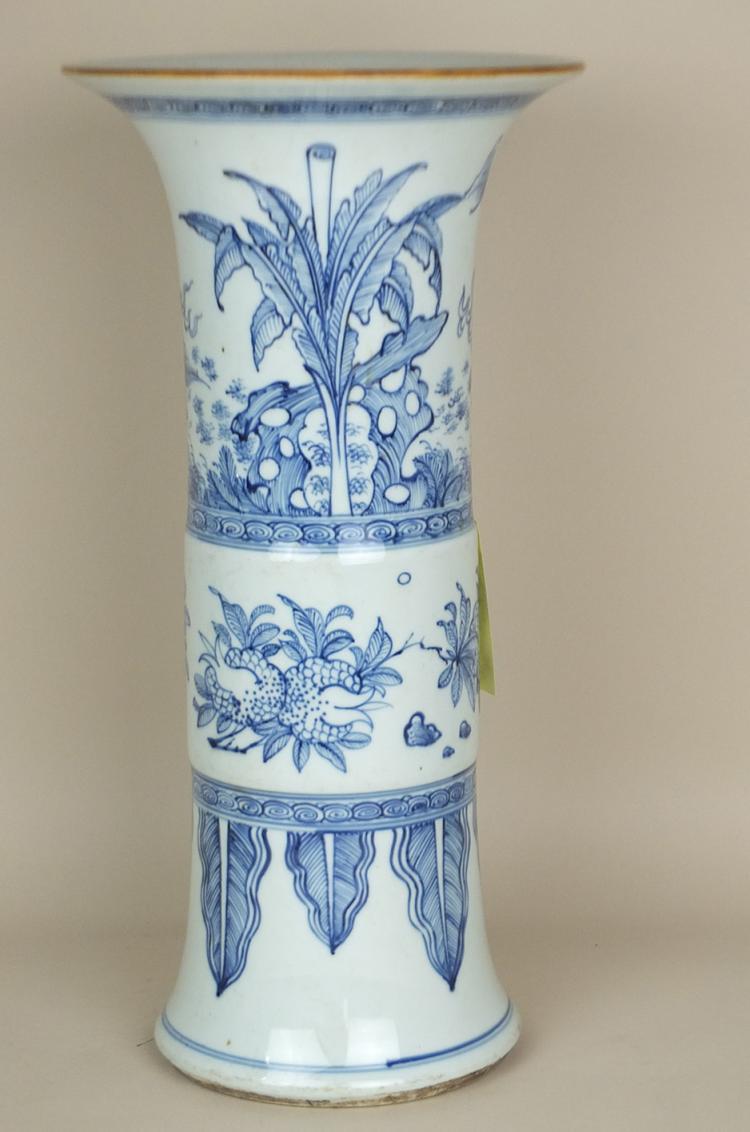 Vase cornet en porcelaine bleu et blanc décoré d'un kilin et frises florales.