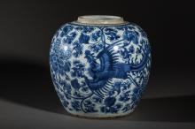 Potiche en porcelaine blanche decoree en bleu cobalt sous couverte d' un Phoenix en vol sur fond de pivoines epanouies.