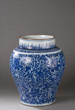 Large pot a fond plat epaulement arrondi et col cylindrique en porcelaine blanche decoree en bleu cobalt sous couverte de branchages de pivoines epanouies et de deux frises.