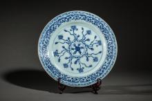 Plat en porcelaine blanche decore en bleu cobalt sous couverte de motifs floraux et au verso de la feuille d' Artemis dans un double cercle.