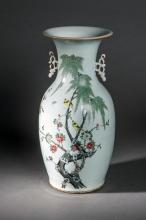 Vase en porcelaine de la famille rose serti au col d' une paire d' anses  et decore en emaux polychromes , Rehaut d' or sur la couverte , prunus en fleur avec oiseaux branches.