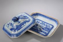Legumier en porcelaine bleu et blanc de la compagnie des Indes a decor de paysage lacustre.