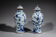 Paire de vases couverts en porcelaine blanche decore en bleu cobalt sous couverte de prunus en fleurs animes d' oiseaux en vol.