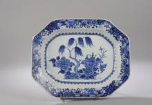 Plat octogonal en porcelaine de la Compagnie des Indes decore en bleu cobalt sous couverte d' objets precieux dans un bosquet fleuri.