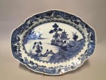 Plat de la Compagnie des Indes a marli polylobe en porcelaine blanche decore en bleu cobalt sous couverte d' un paysage lacustre Chine.