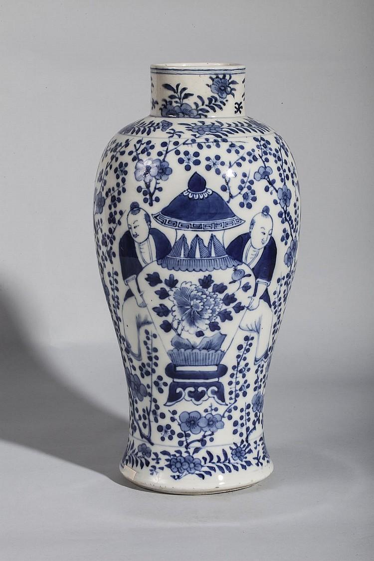 Vase balustre en porcelaine blanche d cor en bleu cobalt so - Applique porcelaine blanche ...