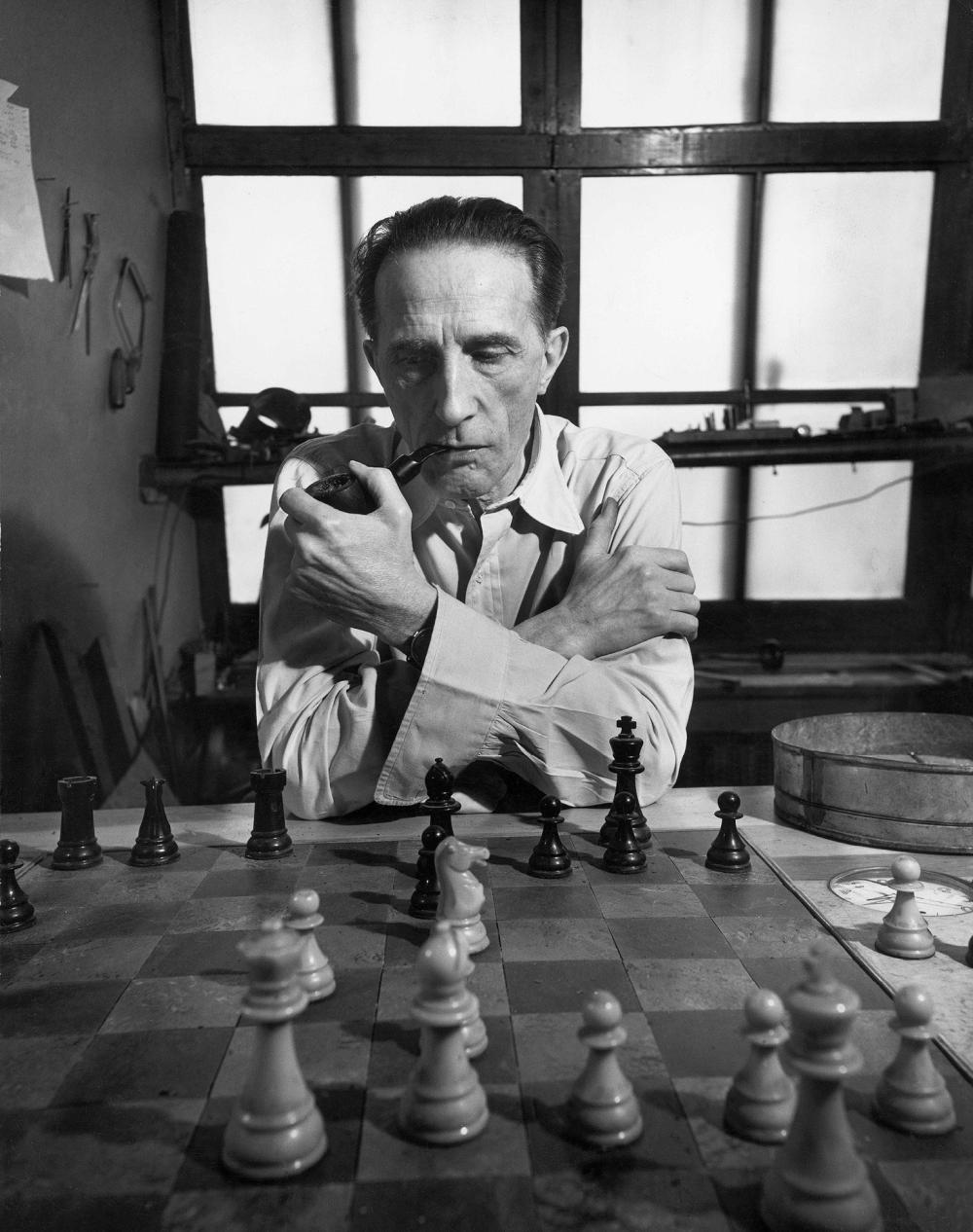 Eliot ELISOFON (1911-1973) Marcel Duchamp devant son jeu d'échec, jouant av