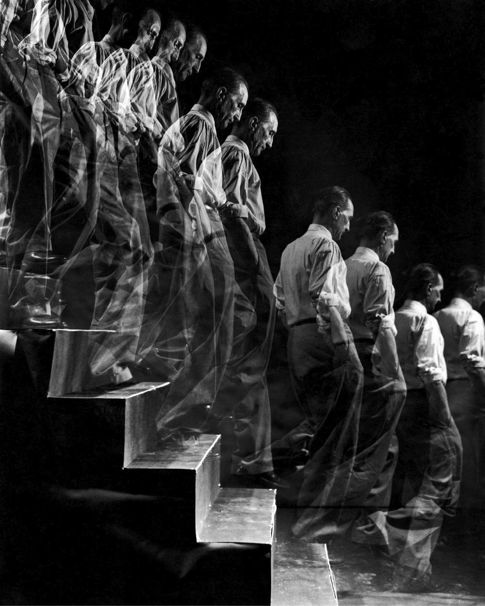 Eliot ELISOFON (1911-1973) Marcel Duchamp descend un escalier dans une mult
