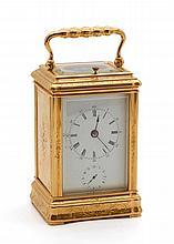 ANONYME - Pendulette de bureau à sonnerie en laiton doré joliment déc