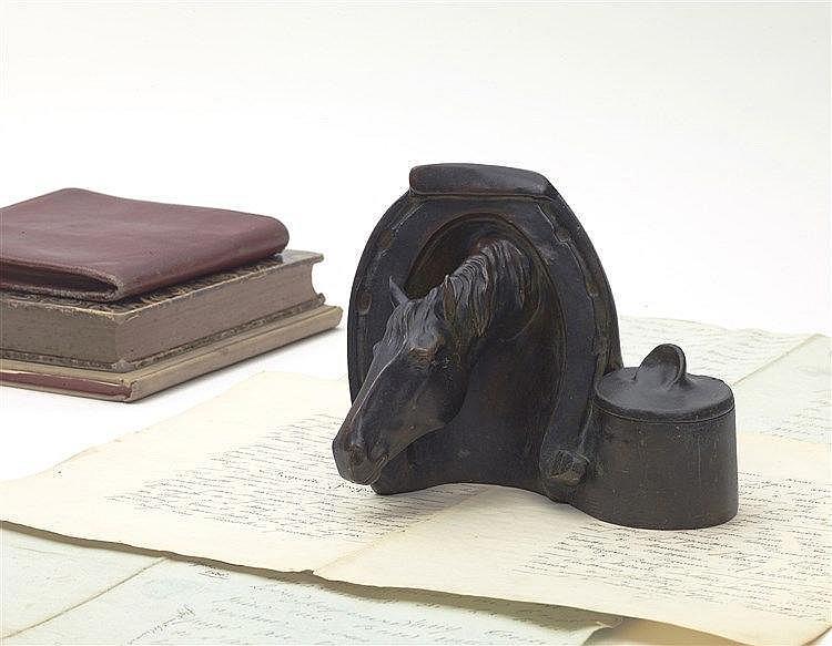 Encrier avec scène animalière avec une tête de cheval en bronze avec u