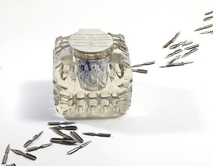 Encrier en cristal taillé de forme cubique d'influence art déco et c