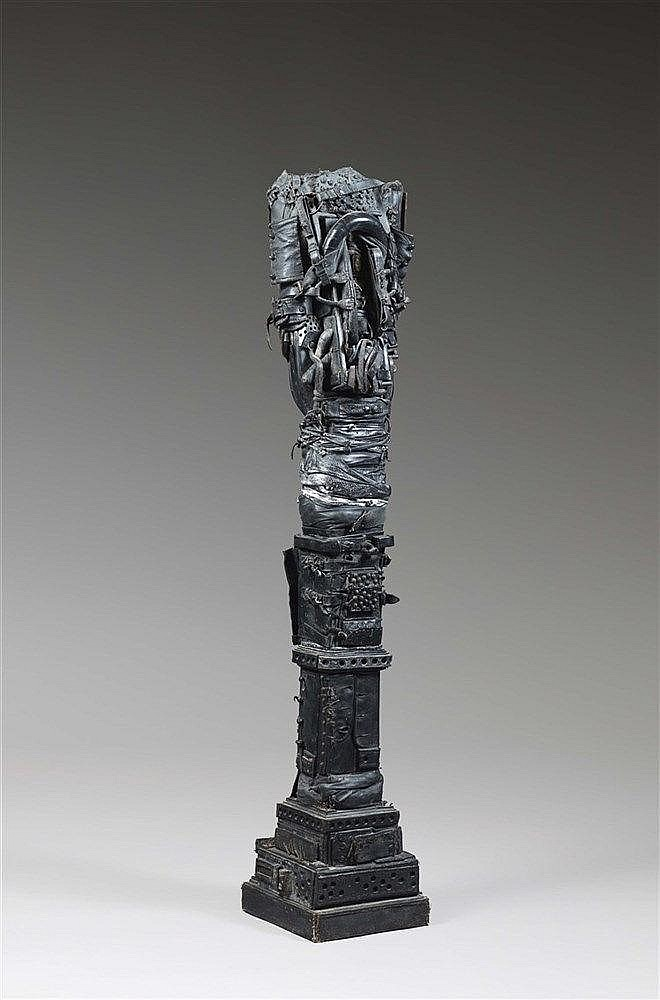 PATRICE CADIOU (NE EN 1947) STELE Cuir, métal et bois Signé en partie basse