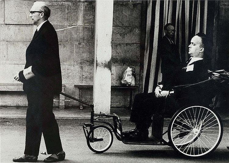 MARIO GIACOMELLI (1925-2000) LOURDES, 1957 De la série Perché Tirage argent