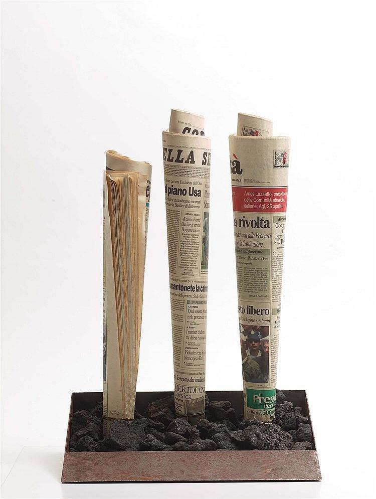 YANNIS KOUNELLIS (NE EN 1936) SANS TITRE, 2002 Papier journal, charbon, mét
