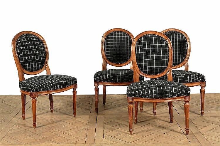 Suite de quatre larges chaises dossier m daillon en cabrio for Chaise medaillon solde