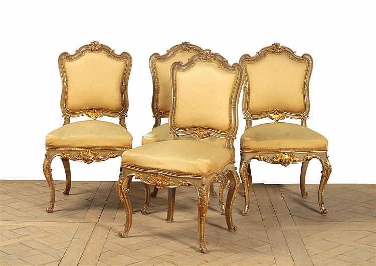 Suite de quatre chaises dossier plat de forme mouvement e Chaise longue bois avec repose pied
