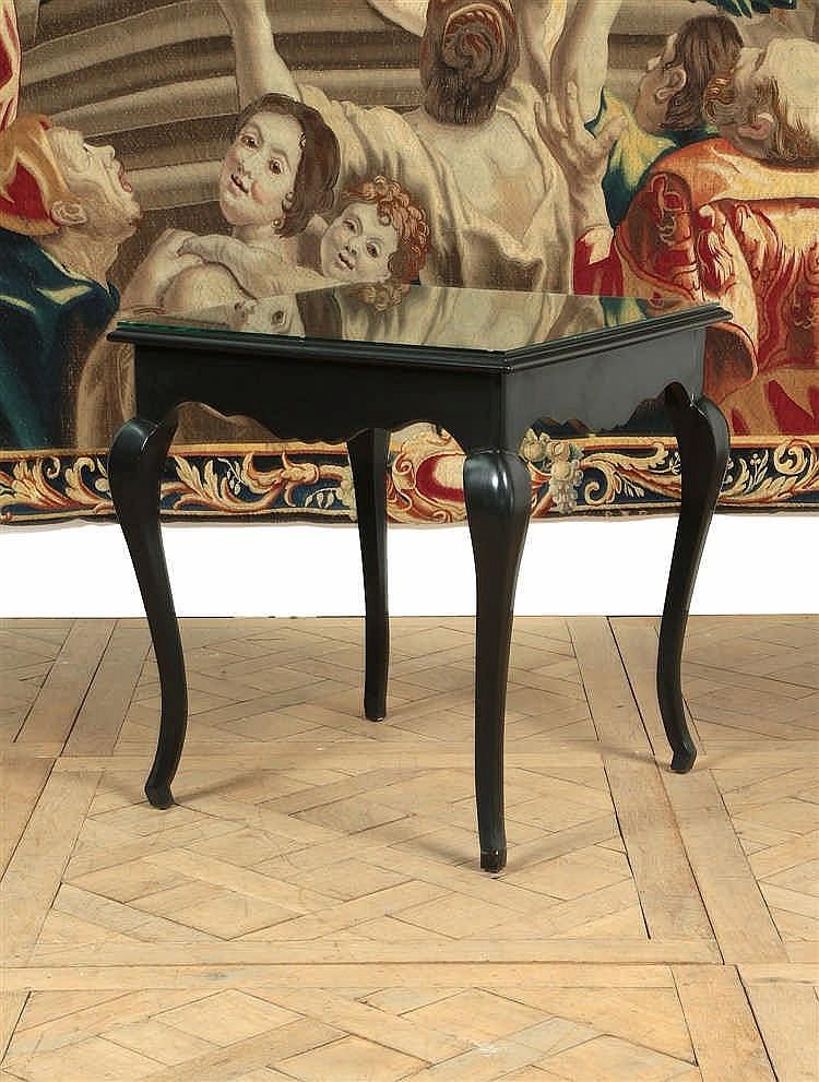 Table de forme quadrangulaire en bois noirci ceinture mouv for Table bois pieds metal