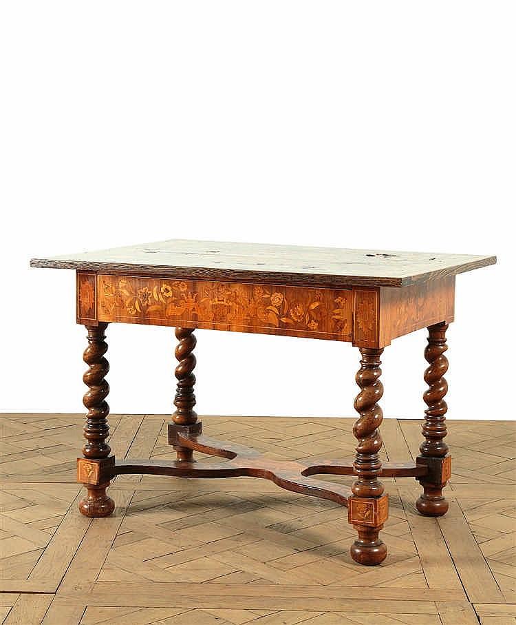 table de forme rectangulaire en bois de placage d cor marq. Black Bedroom Furniture Sets. Home Design Ideas