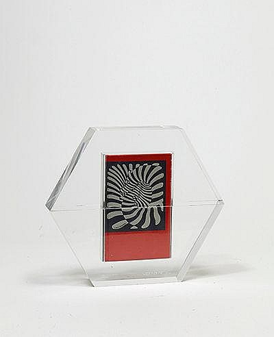 VICTOR VASARELY (1906-1997) HEXAGONE, 1988 Sculpture de plexiglas cont