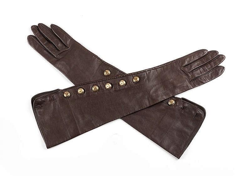 CHANEL Paire de gants longs en chevrau cacao gansé d'un faux boutonnage