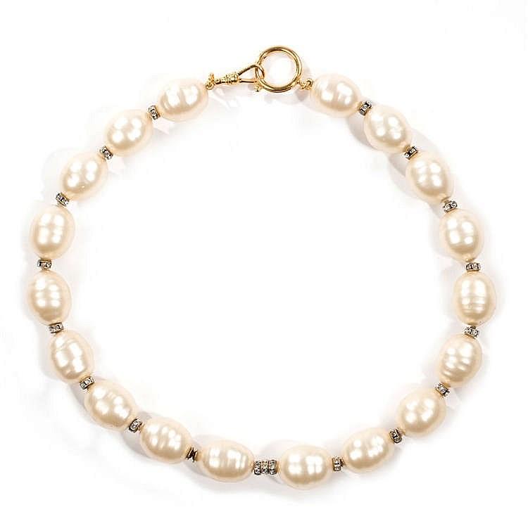 CHANEL CIRCA 1990 Collier composé de perles blanches baroques d'imitati