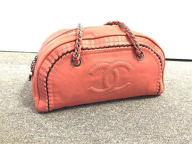 CHANEL Sac Bowling Chain 32cm en cuir vieux rose, parcouru d'une chaîne