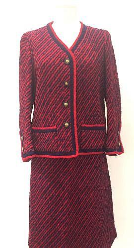 CHANEL Haute-Couture Tailleur en lainage bouclette à rayures diagonales marine rouge composé d'une veste gansée d'un biais en coordonné encolure en V simple boutonnage deux poches plaquées manches longues jupe droite. (Manque griffe).