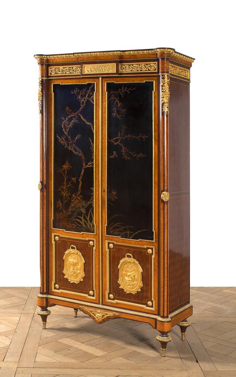 petite armoire de forme rectangulaire en placage de loupe d. Black Bedroom Furniture Sets. Home Design Ideas