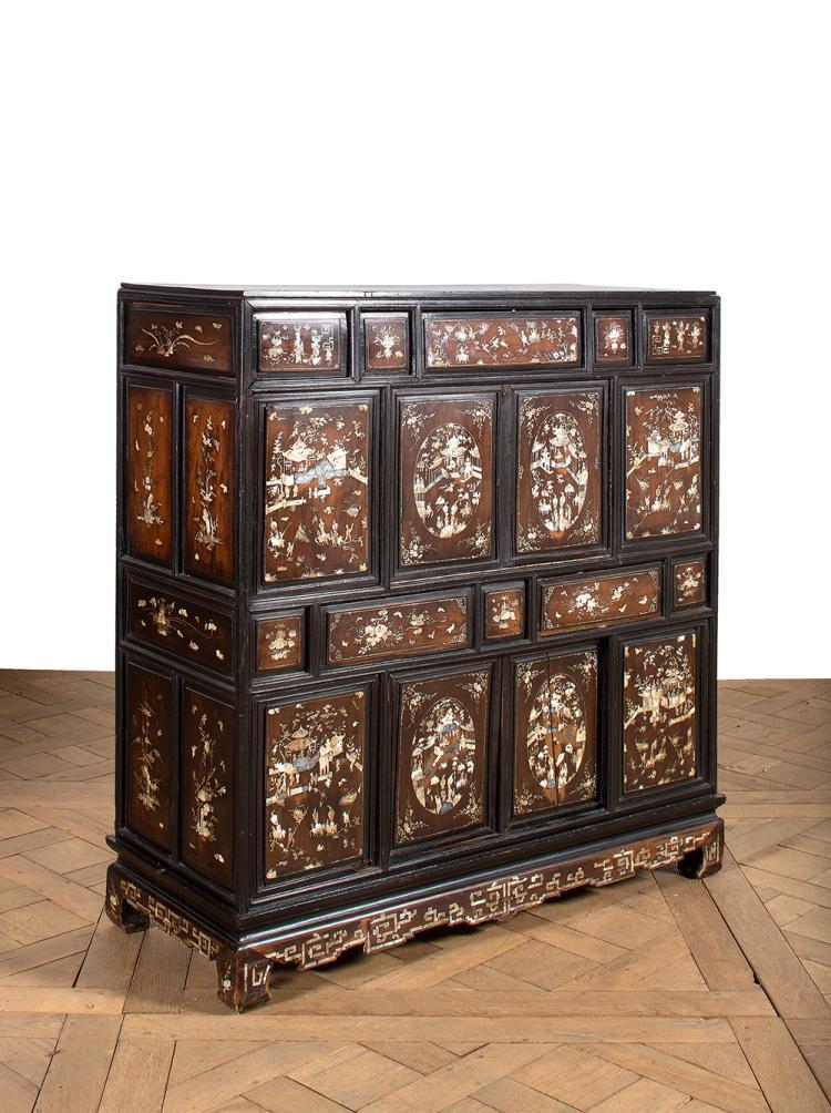 Petit meuble en bois panneaux abattants et glissants riche for Petit meuble bois brut