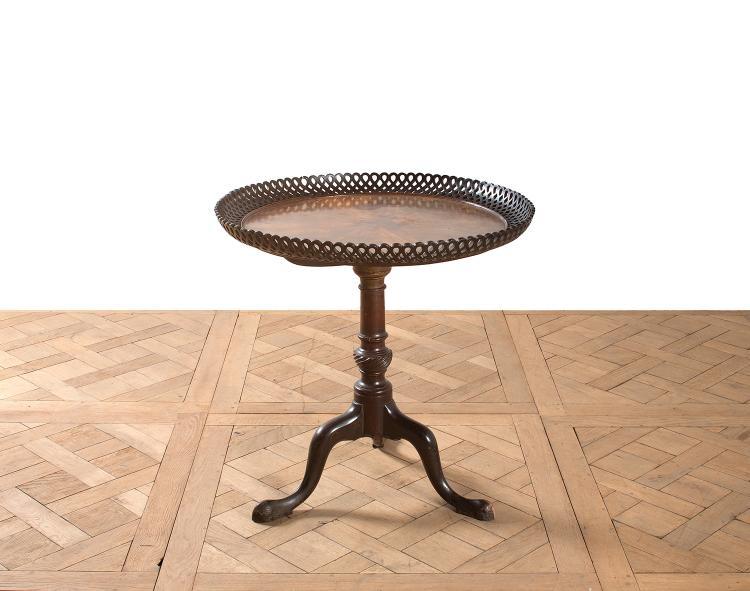 gueridon de forme circulaire en acajou et placage d acajou. Black Bedroom Furniture Sets. Home Design Ideas
