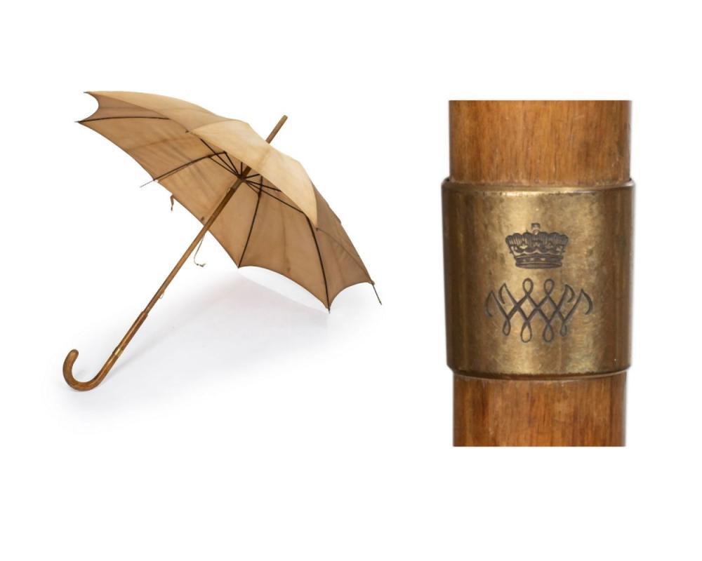 Duchesse de WINDSOR (Provenance) Ombrelle en soie beige, manche orné d'un m