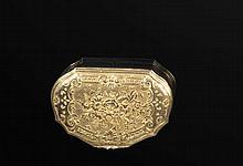Tabatière de forme mouvementée en or 750 millièmes à décor gravé de bouque