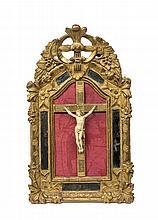 Christ en ivoire sculpté dans un cadre en bois doré et sculpté de fleuret