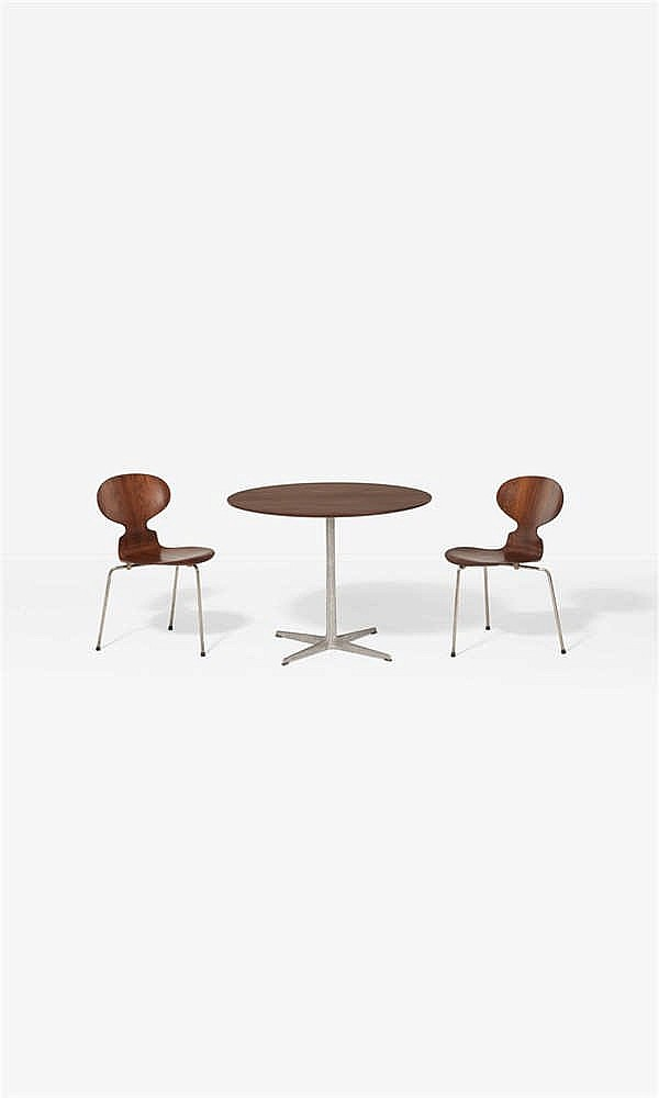Arne jacobsen 1902 1971 ant 3100 table et sa paire de cha for Chaise arne jacobsen