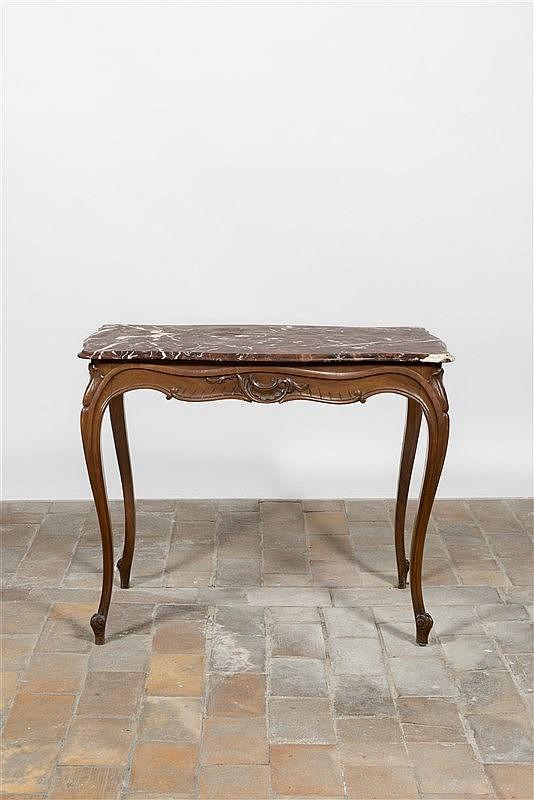 table de milieu de forme mouvement e en bois naturel sculpt. Black Bedroom Furniture Sets. Home Design Ideas