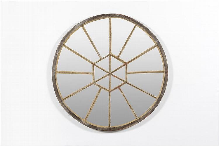 Miroir de forme circulaire en bois patin les miroirs appos for Miroir circulaire