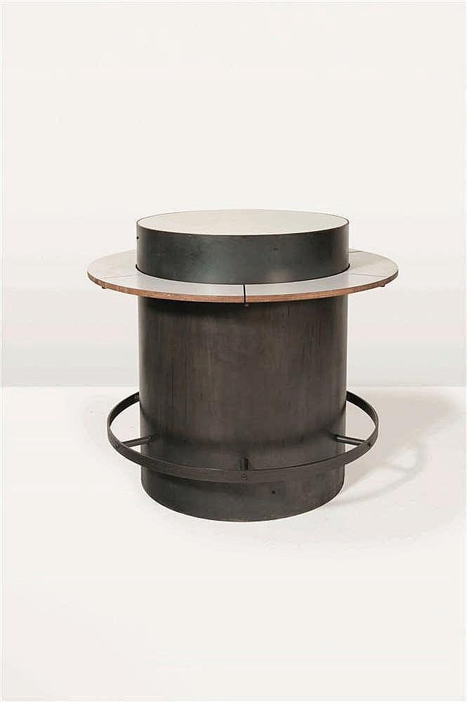 CHRISTOPHE GEVERS (1928-2007) Mange debout Tôle d'acier cintré et bois lam