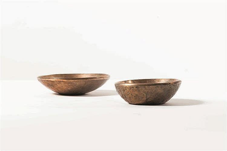 ADO CHALE (né en 1928) Vide-poche Bronze poli et bronze brut. Signée. Schaa