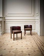 KAREL MAES (1900-1974) Paire de fauteuils Bois exotique, cuir et clous en