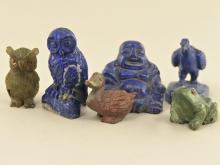 Miniatur: Konvolut geschnitzter Figuren aus unterschiedlichen Steinen, darunter Lapislazuli