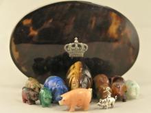 Dose/Miniaturen: große antike Schildpattdose, gefüllt mit Stein-Miniaturen 'Glücksschweine'