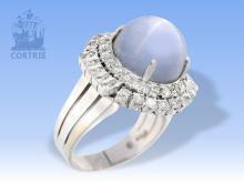Ring: seltener und hochwertiger Goldschmiedering mit sehr großem Stern-Saphir von ca. 15ct und reichhaltigem Brillantbesatz, vermutlich ausgehendes Art déco