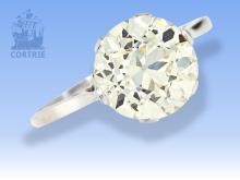 Ring: hochfeiner Brillant-Solitärring von ca. 2,6ct, feuriger Diamant sehr schöner Qualität, vermutlich aus der Zeit des Art déco